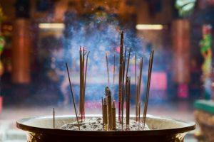 Como fazer um incenso natural com ervas aromáticas
