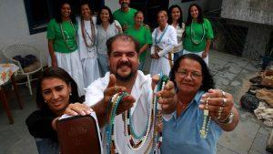 Projeto social reúne católicos e evangélicos em um terreiro de Umbanda